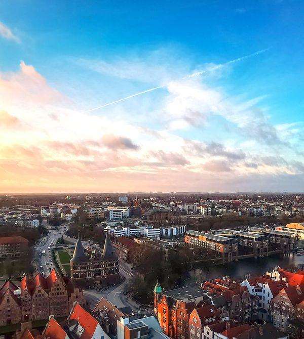 Blick auf das Holstentor in Lübeck von oben.