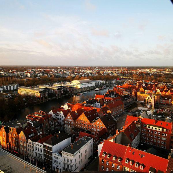 Die Trave und das Theaterschiff in Lübeck von oben.
